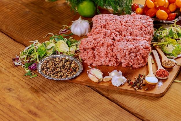 Rohes frisches rinderhackfleischhackfleisch auf platte Premium Fotos