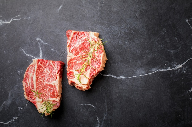 Rohes frischfleisch-rindfleisch-steak. partynahrung. Premium Fotos