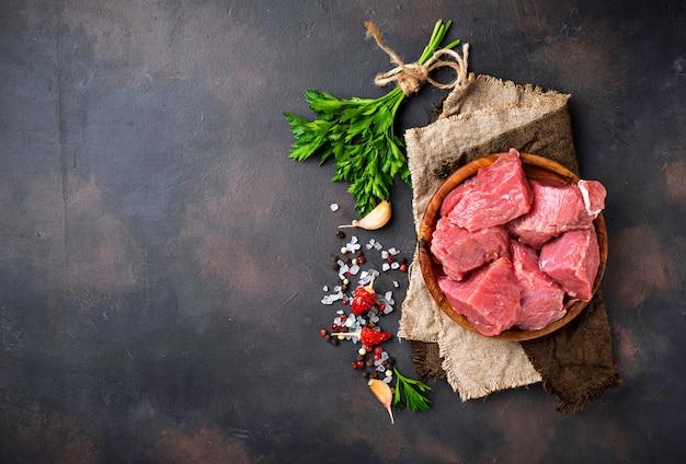 Rohes gehacktes fleisch mit gewürzen auf rostigem hintergrund Premium Fotos