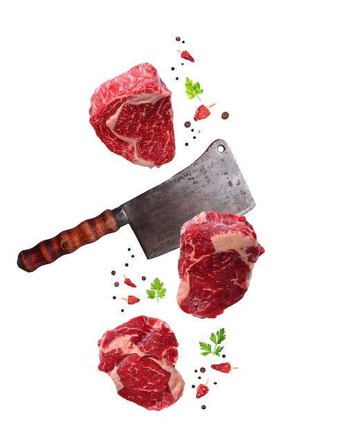 Rohes gemarmortes ribeye steak- und metzgermesser lokalisiert Premium Fotos