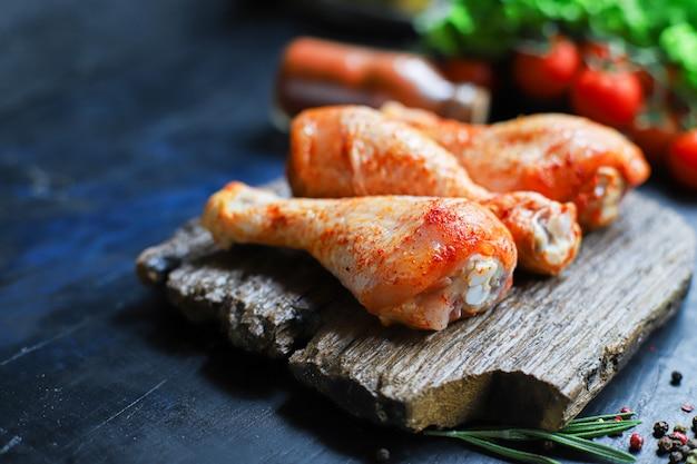 Rohes hähnchenschenkel marinade paprika barbecue gegrilltes fleisch Premium Fotos