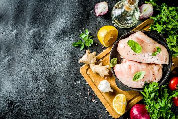 Rohes hühnerfilet mit gewürzen und kräutern Premium Fotos