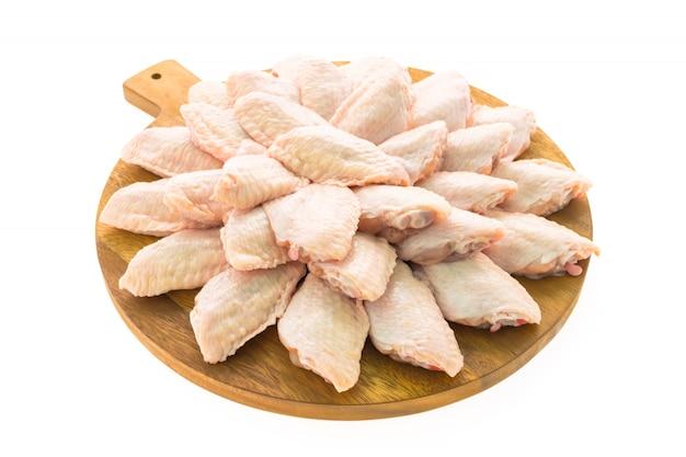 Rohes hühnerfleisch und -flügel auf hölzernem schneidebrett oder platte Kostenlose Fotos