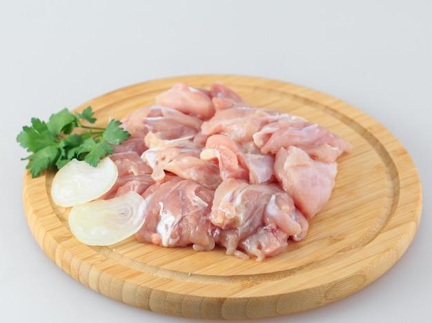 Rohes hühnergulasch auf weiß Premium Fotos