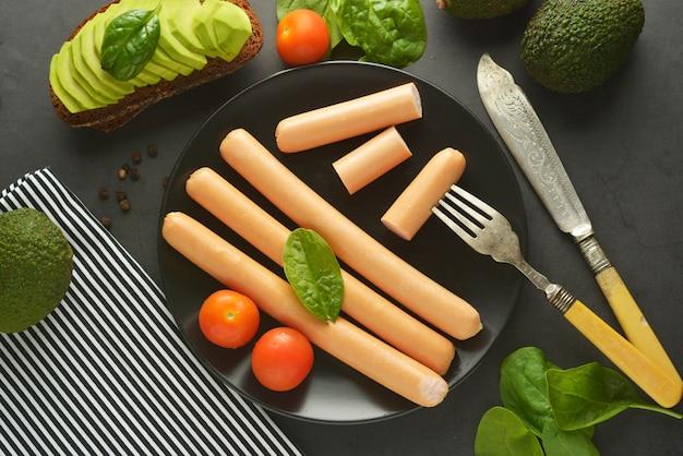 Rohes hühnerhotdogwurstfrühstück Premium Fotos