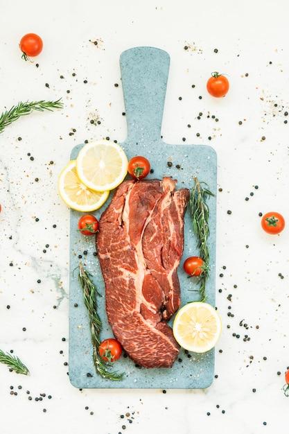 Rohes rindfleisch auf schneidebrett Kostenlose Fotos