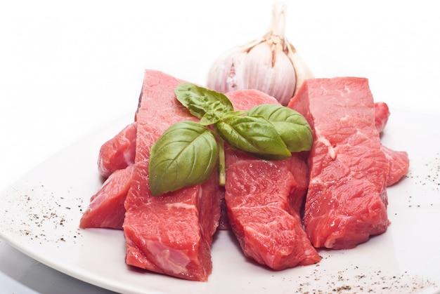 Rohes rindfleisch auf weiß Premium Fotos