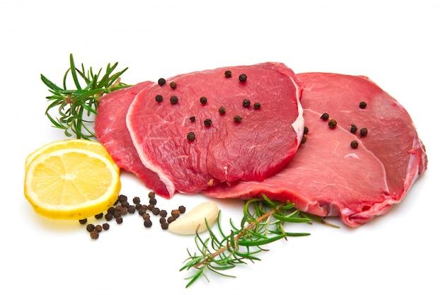 Rohes rindfleisch in scheiben geschnitten Premium Fotos