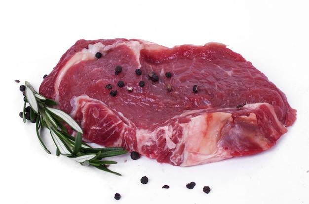 Rohes steak auf weißbuch Kostenlose Fotos