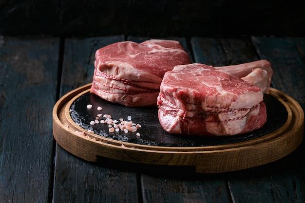 Rohes tomahawk-steak Premium Fotos