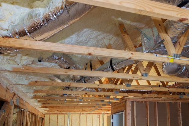 Rohre, ventile schließen die installation der heizungsanlage auf dem dach der rohrleitung Premium Fotos