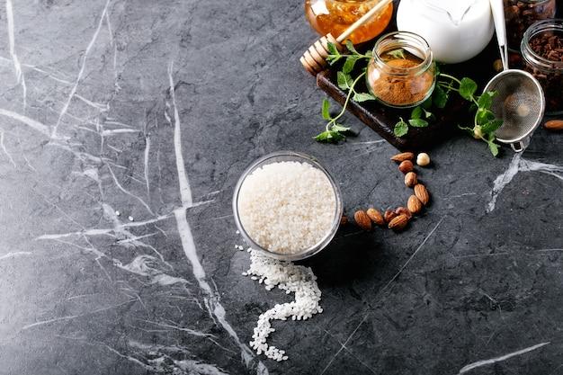 Rohstoffe zum kochen von milchreis Premium Fotos