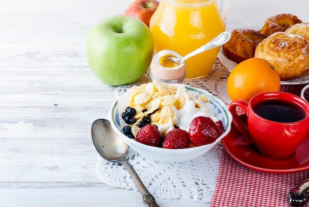 Rollen sie mit müsli mit frucht, gesundes frühstück Premium Fotos