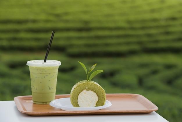 Rollenkuchen des grünen tees mit teeblättern und milch des grünen tees, produkt vom grünen teeblatt. Premium Fotos