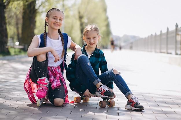 Rollschuhlaufen mit zwei freundinnen Kostenlose Fotos