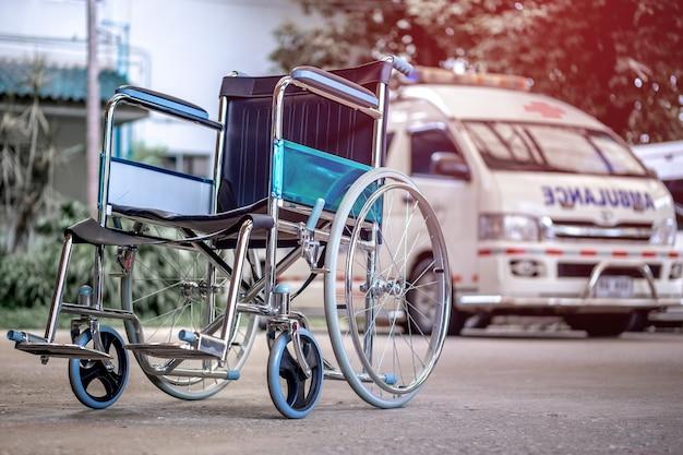 Rollstühle und krankenwagen parkten im krankenhaus mit rotem aufflackernlicht. Premium Fotos