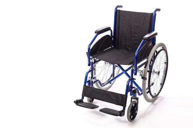 Rollstuhl für behinderte auf einem weißen hintergrund Premium Fotos