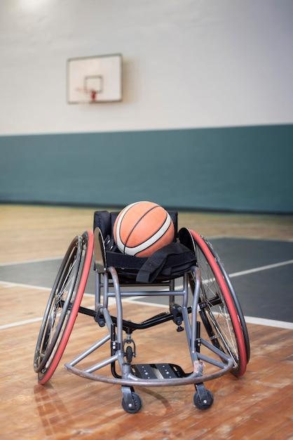 Rollstuhl-lifestyle-konzept mit basketball Kostenlose Fotos