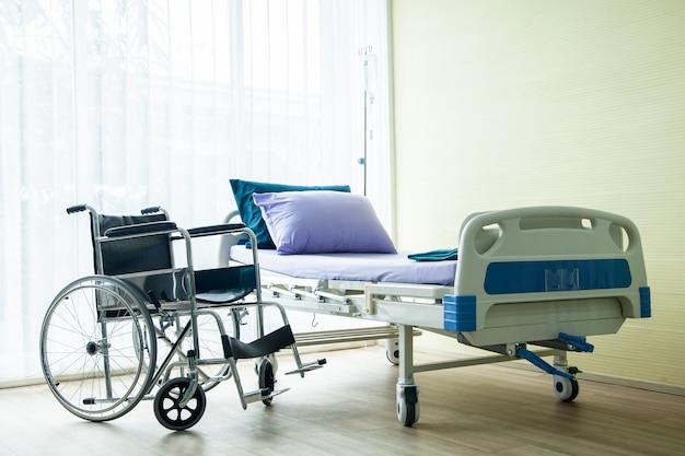 Rollstuhl und bett im krankenhaus warten auf kranke menschen. Premium Fotos