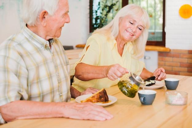 Romantische ältere paare, die tee im café trinken Kostenlose Fotos