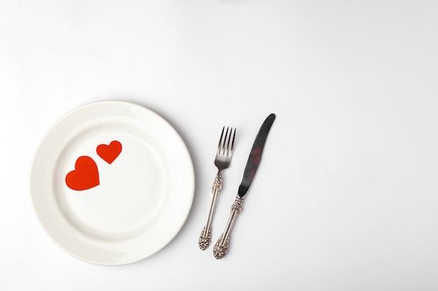 Romantische festliche tabelleneinstellung auf weiß Premium Fotos