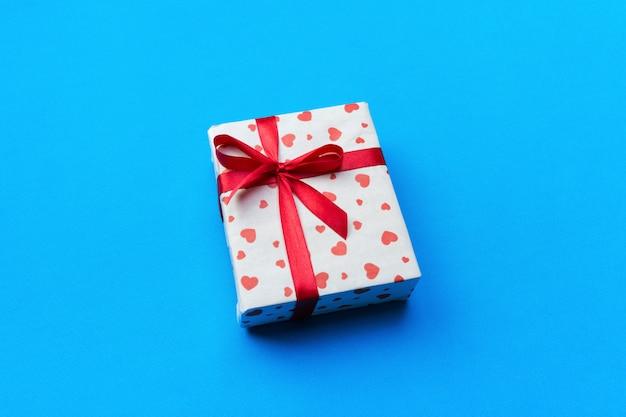 Romantische geschenkbox und herzen Premium Fotos