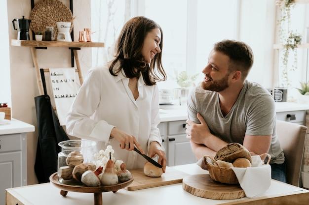 Romantische junge paare, die zusammen in der küche kochen Premium Fotos
