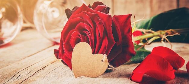 Romantische komposition mit roten rosen und weingläsern Premium Fotos