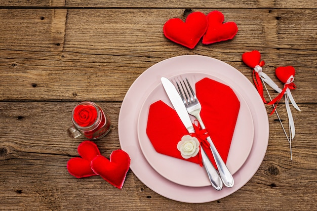 Romantischer abendtisch mit tellern und herzformserviette Premium Fotos