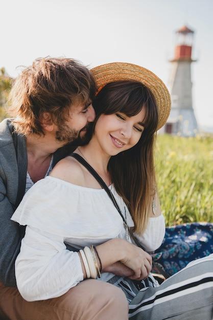 Romantischer junger hipster-paar-indie-stil in der liebe, die in der landschaft, leuchtturm auf hintergrund, sommerferien geht Kostenlose Fotos