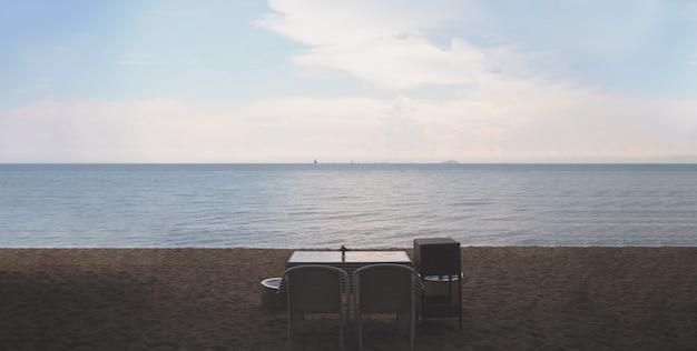Romantisches abendessen mit wunderschöner aussicht auf den strand im vintage-stil Premium Fotos