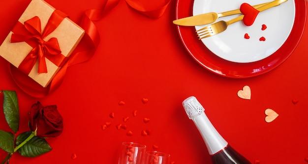 Romantisches abendessen zum valentinstag auf rotem grund. Premium Fotos