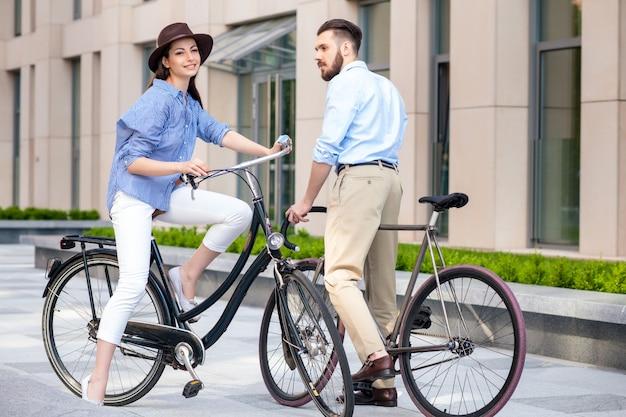 Romantisches datum des jungen paares auf fahrrädern Kostenlose Fotos