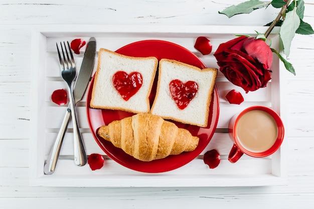Romantisches frühstück auf weißem hölzernem behälter Kostenlose Fotos