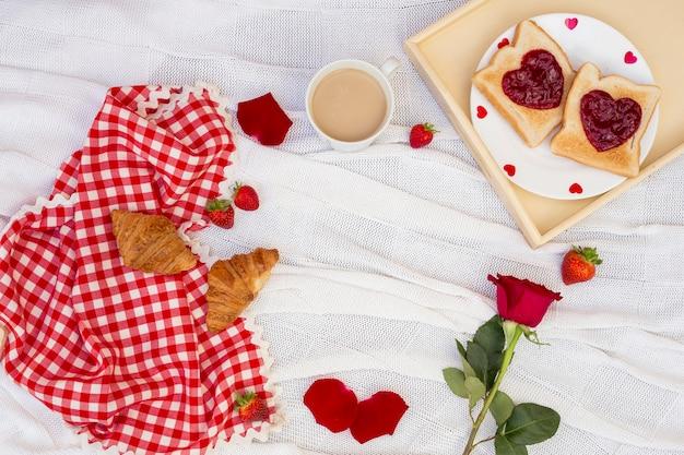 Romantisches frühstück serviert auf weißem stoff Kostenlose Fotos