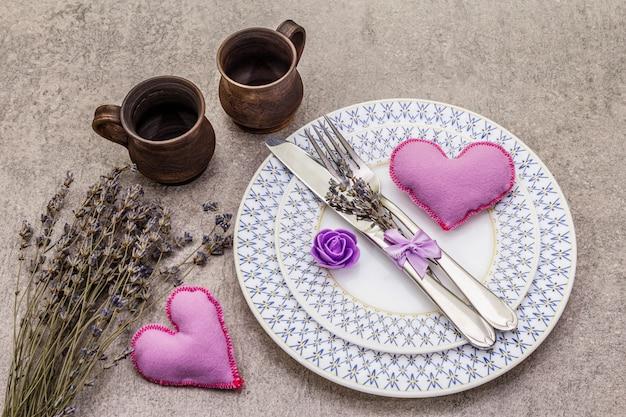Romantisches gedeck mit filzherz Premium Fotos