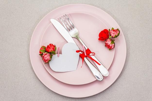 Romantisches gedeck zum valentinstag Premium Fotos
