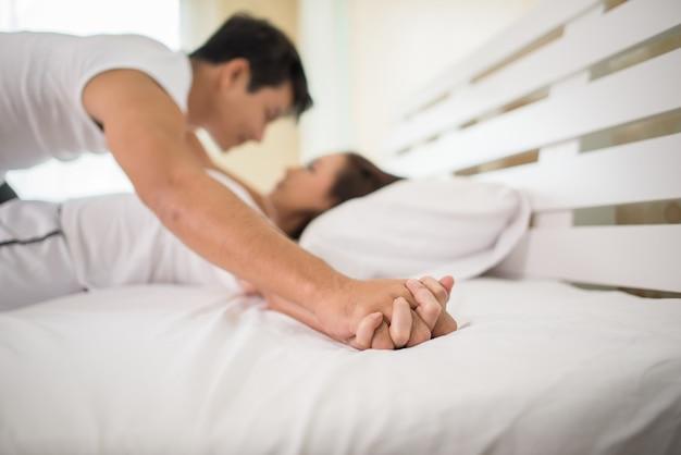 Romantisches glückliches paar im bett sinnliches vorspiel genießen. Kostenlose Fotos