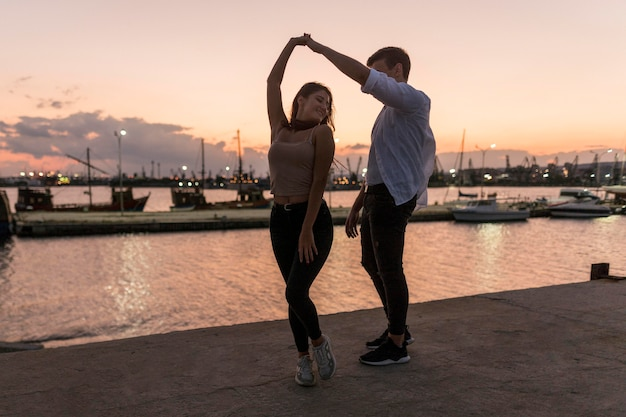 Romantisches paar bei sonnenuntergang im hafen Kostenlose Fotos