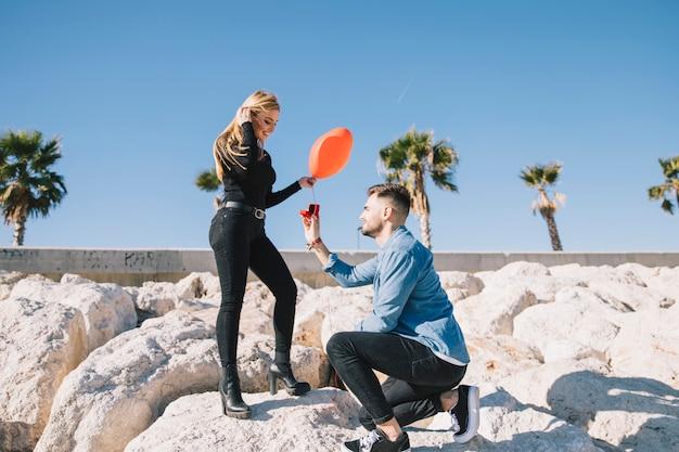 Romantisches paar, das an schöner küstenlinie teilnimmt Kostenlose Fotos