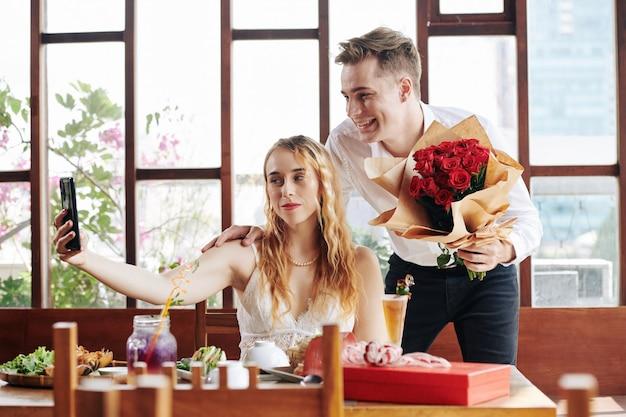Romantisches paar, das selfie nimmt Premium Fotos