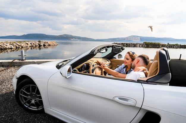 Romantisches paar im auto Kostenlose Fotos