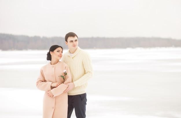 Romantisches paar mit blume Premium Fotos