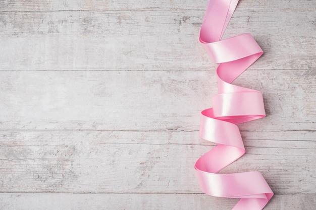 Rosa band auf weißem holz. Premium Fotos