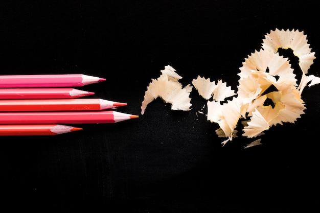 Rosa bleistifte auf schwarzer tabelle Kostenlose Fotos