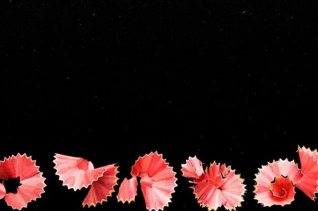 Rosa bleistiftschnitzel auf schwarzem schreibtisch Kostenlose Fotos