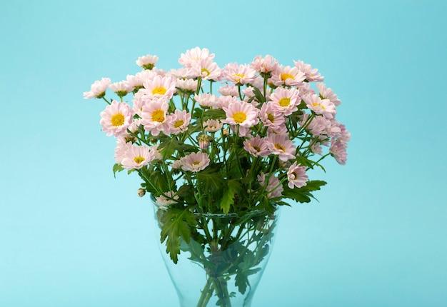 Rosa blumen auf einem farbigen minimalen hintergrund. blumenhintergrundkonzept Premium Fotos