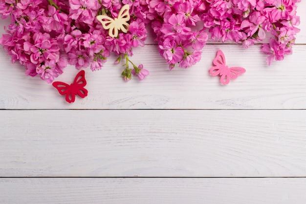 Rosa blumen auf hölzernem hintergrund Premium Fotos