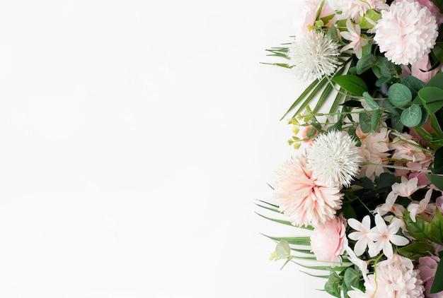 Rosa blumengrenze mit palmblättern auf weißem hintergrund Kostenlose Fotos