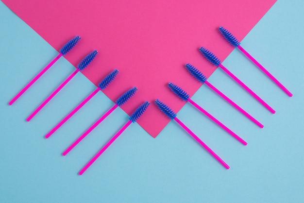 Rosa einwegbürsten für wimpern und augenbrauen Premium Fotos